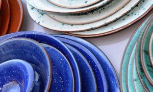 Где посуда из керамики представлена в широком ассортименте?
